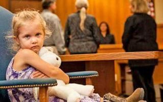 С кем остается ребенок при разводе в 2019 году? в каких случаях остается с отцом?