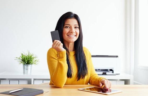 Нужно ли менять банковскую карту при смене фамилии в 2019 году? Перевыпуск карты