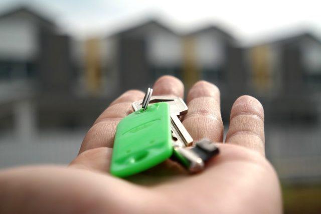 Как переоформить квартиру на жену в 2019 году: находясь в браке, после развода