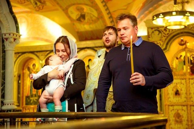 Кто может быть крестными родителями у ребенка в 2019 году: мужи и жена, бабушка, сестра