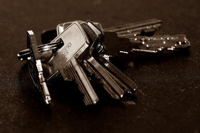 Как приватизировать квартиру если один из прописанных против в 2019 году?