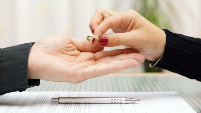 Освобождает ли отказ от отцовства от алиментов в 2019 году? Можно ли отказаться?