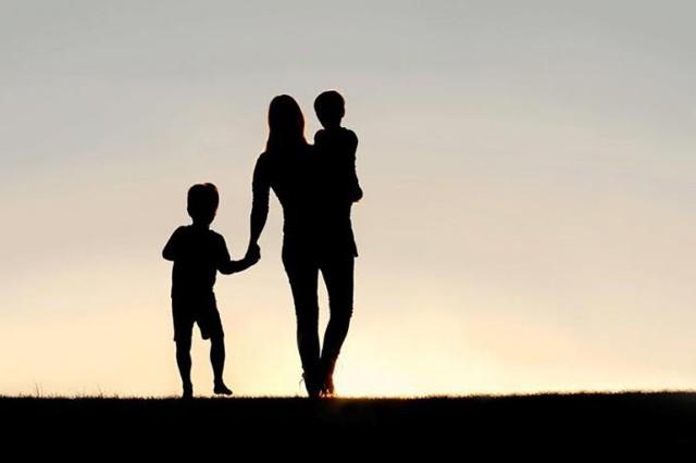 Как получить статус матери одиночки в 2019 году: оформление, документы, удостоверение