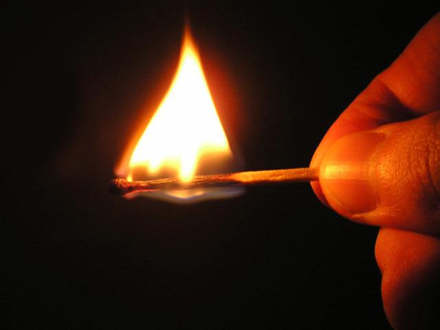 Компенсация при пожаре дома в 2021 году: льготы, материальная помощь, расчет и размер выплат, необходимые документы
