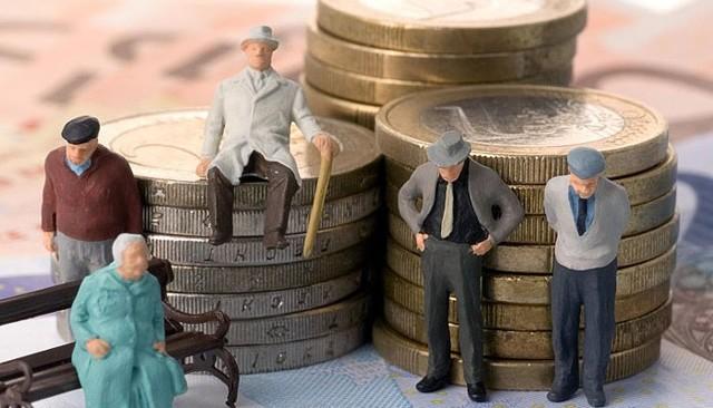 Как оформить в соцзащите социальную выплату 2000 рублей на продукты пенсионерам Москвы